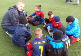 Trener i młodzi piłkarze