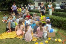 Morska przygoda dzieci przed biblioteką