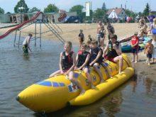 Dzieciaki na wodnym bananie