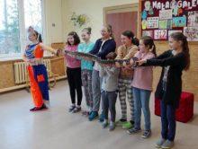 Uczniowie z wężem