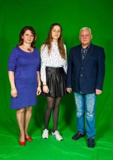 Julia Borowska wraz z dyrektorką szkoły i nauczycielem matematyki