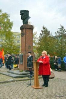 Przy pomniku Marszałka