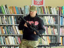 Pokaz replik broni w bibliotece