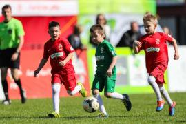 Młodzi piłkarze w akcji