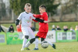 Zdjęcie młodych piłkarzy w akcji