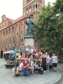 Przed pomnikiem Kopernika w Toruniu
