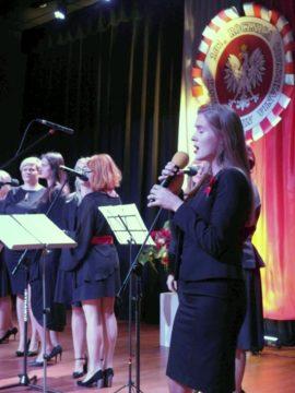 Śpiewanie pieśni patriotycznych