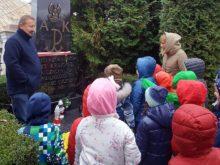 Przedszkolaki odwiedziły groby upamiętniające poległych żołnierzy