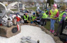 Szkoła Podstawowa w Starej Rozedrance wzięła udział w akcji sprzątania grobów