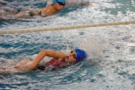Pływaczka w trakcie zawodów
