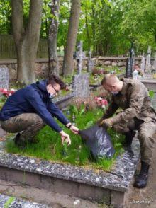 Harcerze sprzątali żołnierskie groby