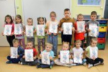 Zdjęcie dzieci z dyplomami